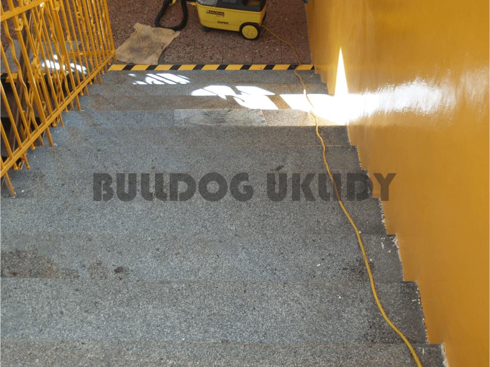 hloubkové čištění kamenných schodů
