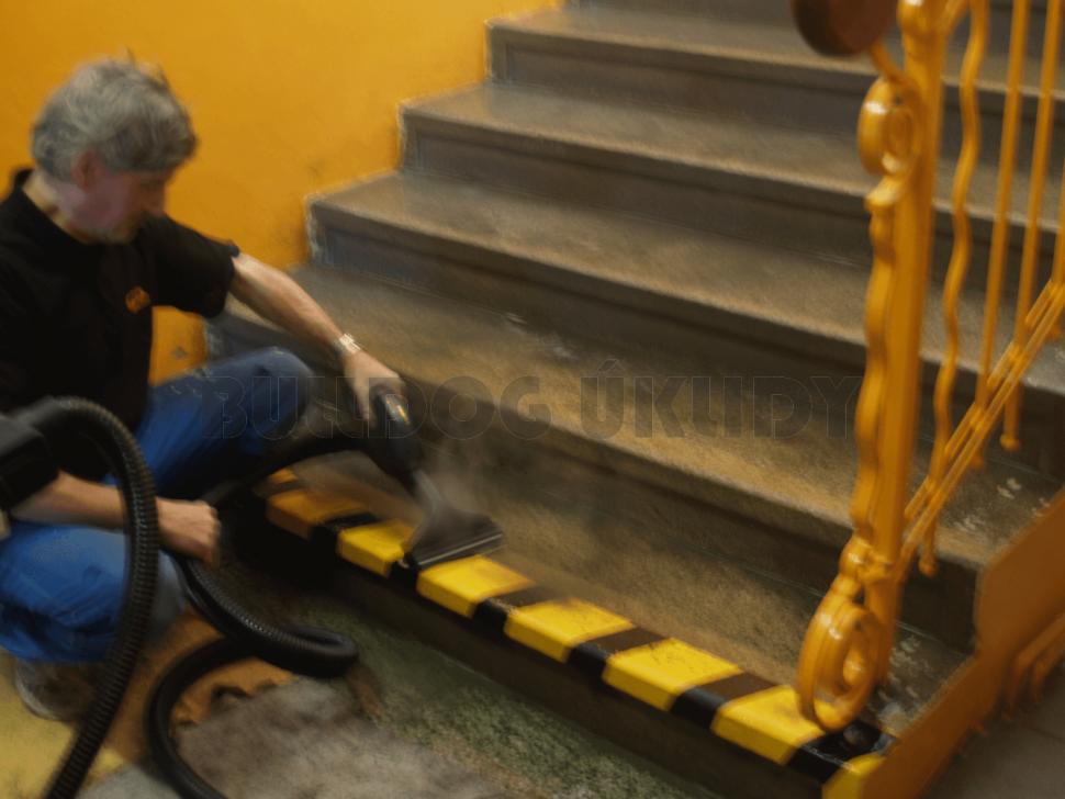hloubkové čištění schodů parním generátorem