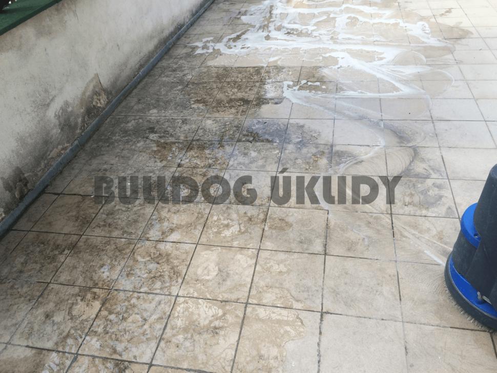 mytí venkovní dlažby podlahovým strojem