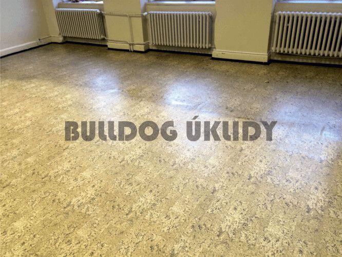 čistění podlah podlahovým strojem
